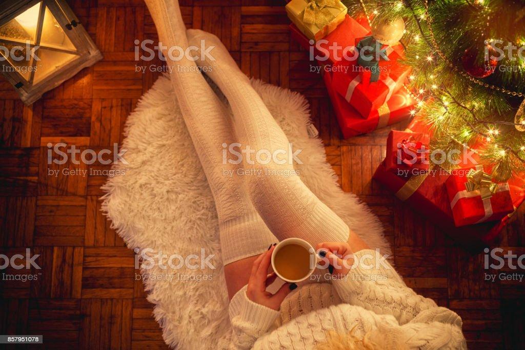 Junge Frau trinkt heißen Kaffee in der Weihnachtsnacht – Foto
