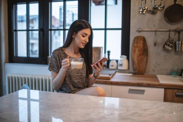 Junge Frau trinkt Morgenkaffee – Foto