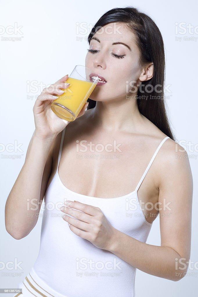 젊은 여자 술마시기 오렌지 주스 royalty-free 스톡 사진
