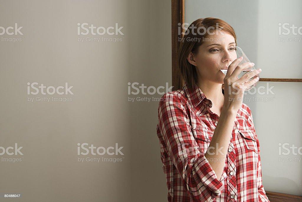 Junge Frau trinkt Lizenzfreies stock-foto