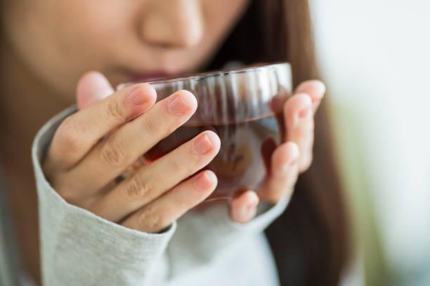 お茶を飲む若い女性 - シンプルな暮らし ストックフォトと画像
