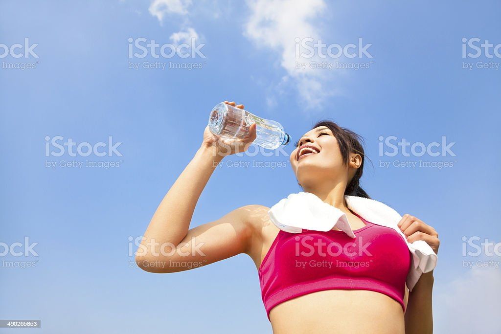 Joven mujer agua potable después de fitness ejercicio - Foto de stock de Actividad libre de derechos
