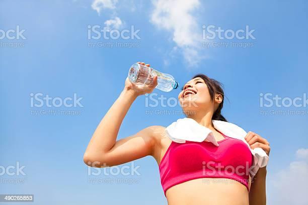 Joven Mujer Agua Potable Después De Fitness Ejercicio Foto de stock y más banco de imágenes de Actividad