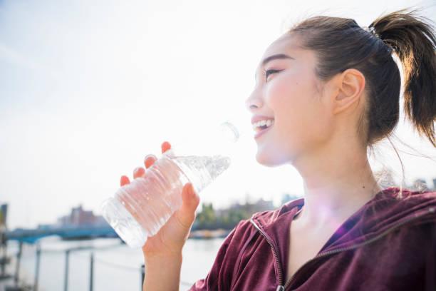 若い女性の飲料水  - women sport ストックフォトと画像