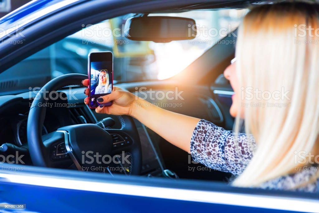 Junge Frau Fahrer nehmen ein Selbstporträt in ihrem Auto – Foto