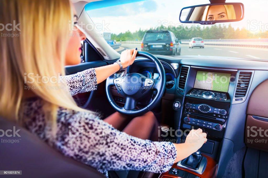Junge Frau, die ein Auto auf einer Autobahn fahren – Foto