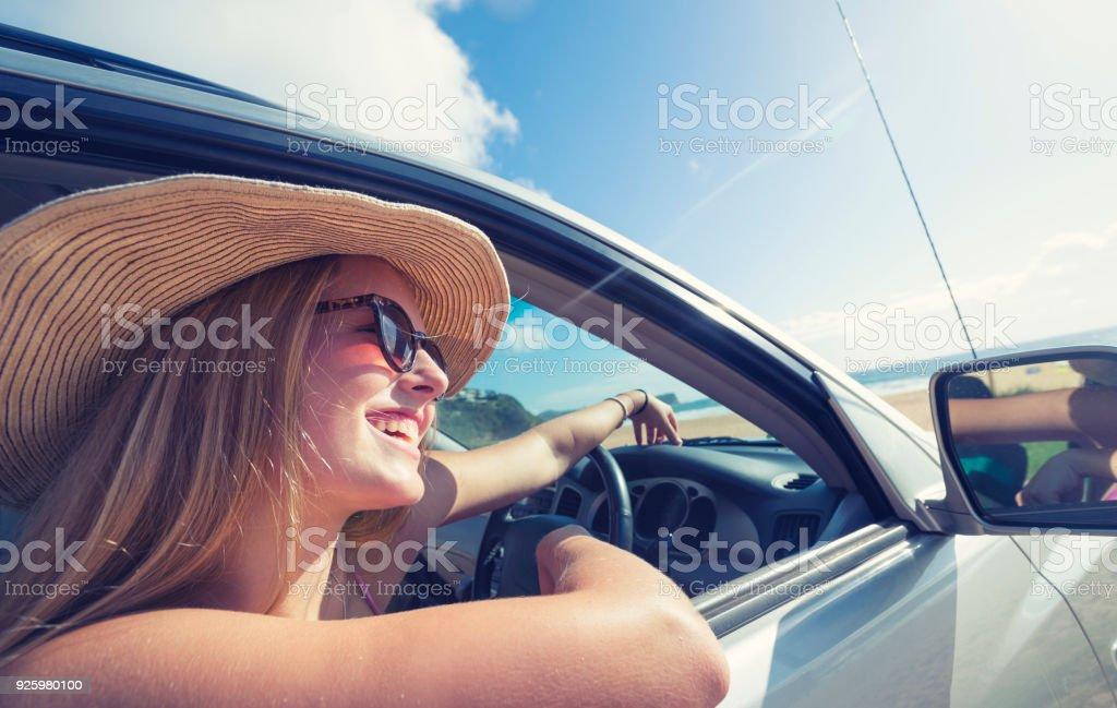 Junge Frau Autofahren am Strand. – Foto