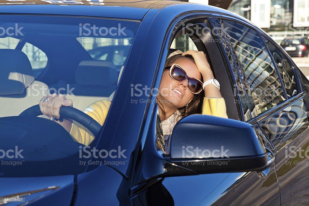 Mujer joven en automóvil de - foto de stock