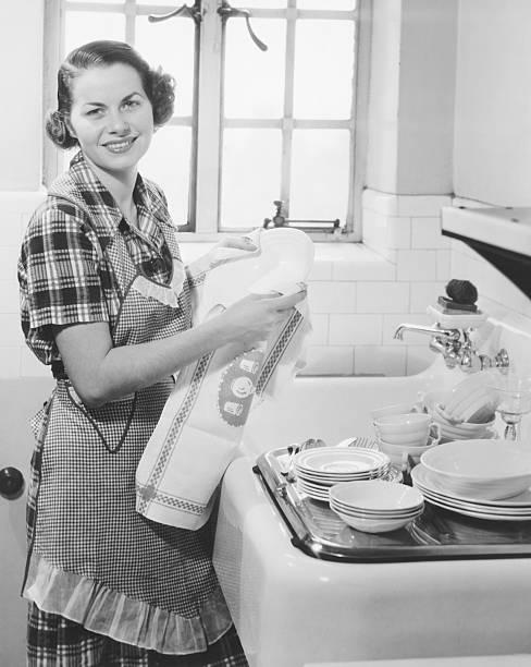 jovem mulher secagem pratos na cozinha & (b w), retrato - dona de casa - fotografias e filmes do acervo