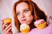 若い女性用カップケーキを食べるには、たくさんの熱い