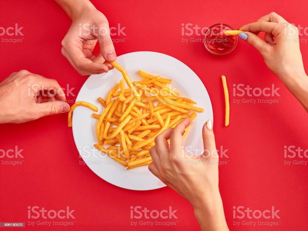 Junge Frau, die Kartoffel Pommes Frites mit Ketchup in einem Restaurant Essen – Foto