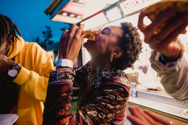節日吃披薩的年輕女子 - 即食口糧 個照片及圖片檔