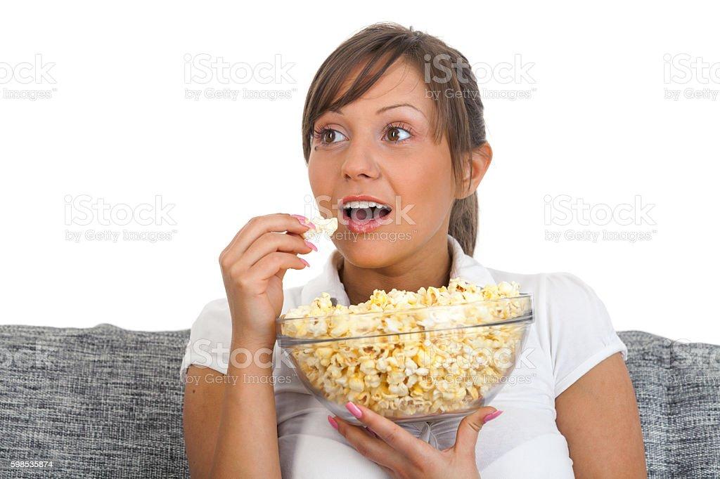 Jeune femme mangeant pop-corn photo libre de droits