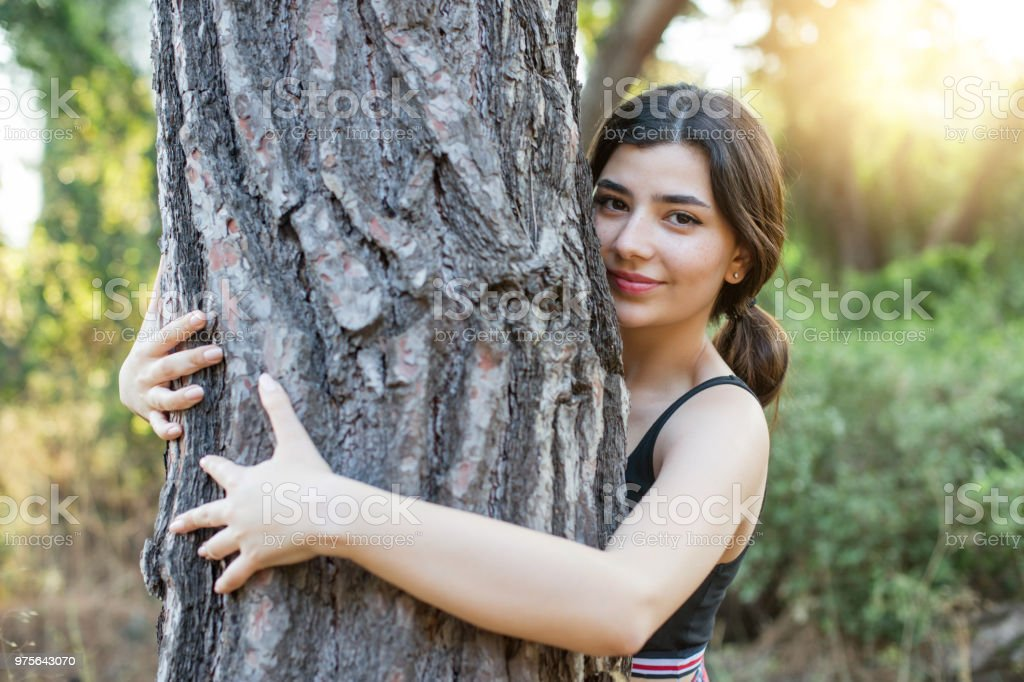 Junge Frau umarmen einen Baum – Foto