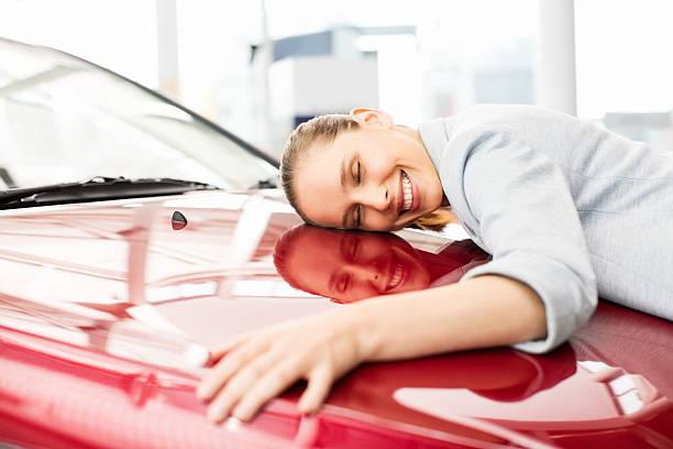Junge Frau umarmen Ihr neues Auto – Foto