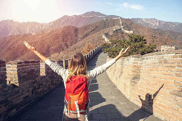 young woman embracing nature-great wall of china - chinesische mauer stock-fotos und bilder