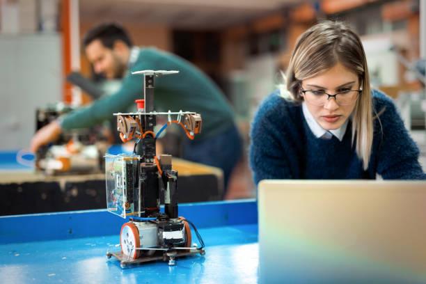 jonge vrouw engineer robotics project bezig - robot engineer stockfoto's en -beelden