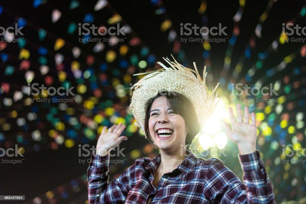 Joven disfrutando de un gran tiempo en la famosa Fiesta Junina brasileña (Festa Junina) - estilo de Caipira - Foto de stock de A cuadros libre de derechos