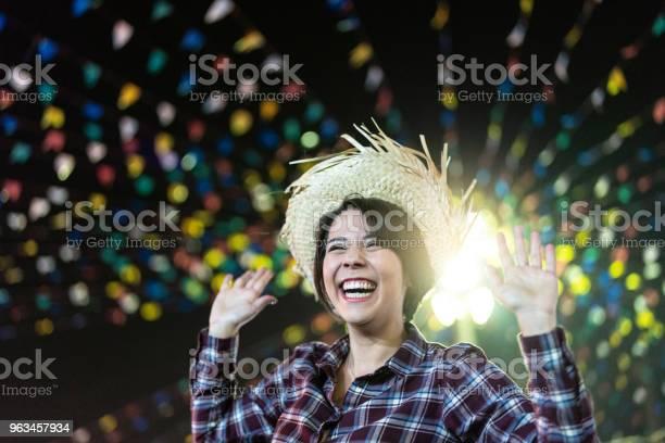 Joven Disfrutando De Un Gran Tiempo En La Famosa Fiesta Junina Brasileña Estilo De Caipira Foto de stock y más banco de imágenes de Fiestas juninas