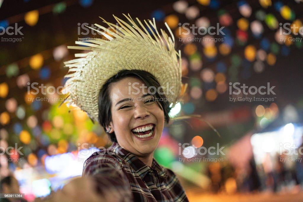 Jovem, desfrutando de um grande momento na famosa Festa Junina brasileira (Festa Junina) - estilo Caipira - foto de acervo