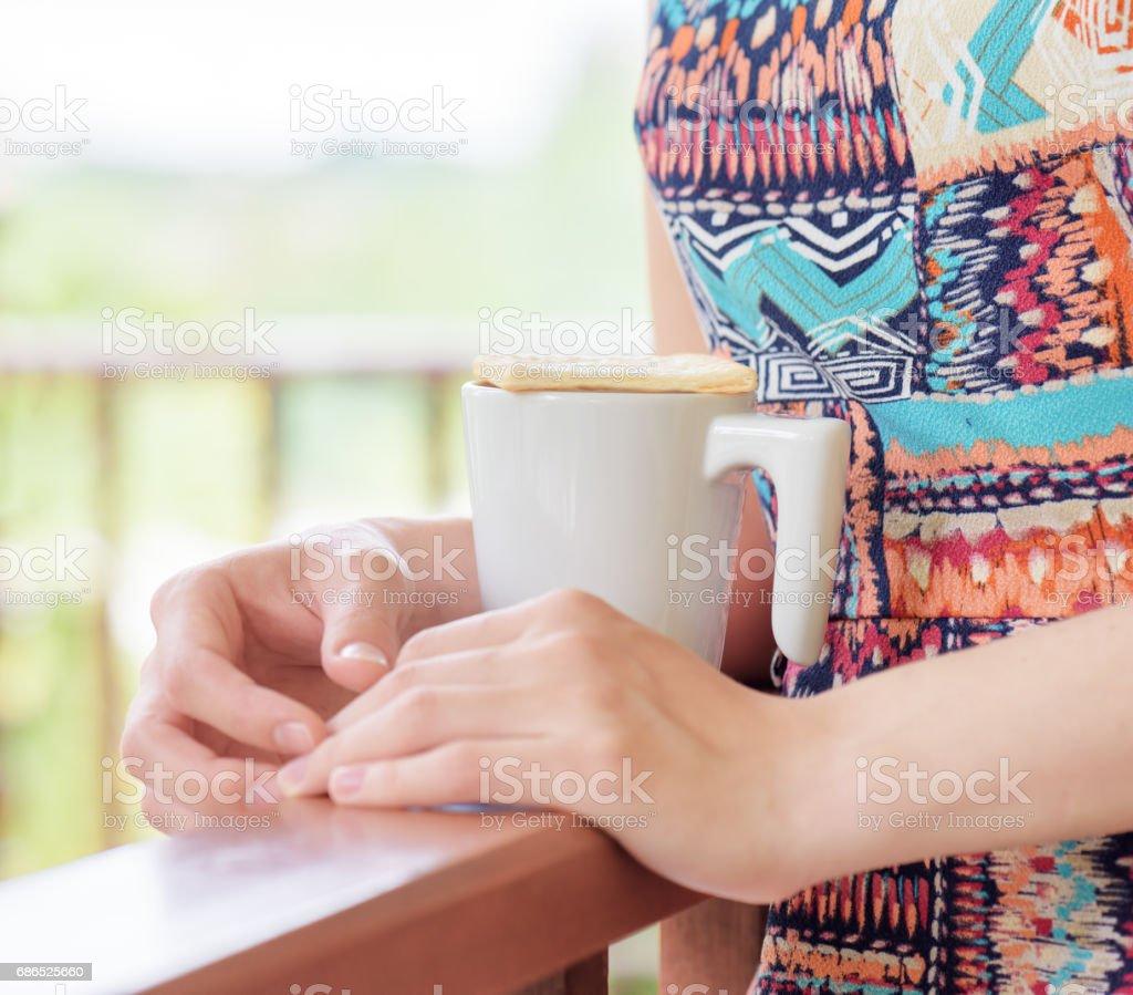 Jonge vrouw genieten van een mok van drank. royalty free stockfoto