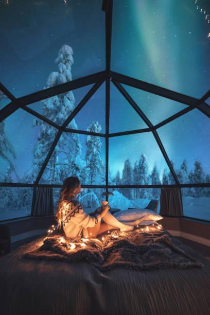 ung kvinna njuter av utsikt över norrsken - northern lights bildbanksfoton och bilder