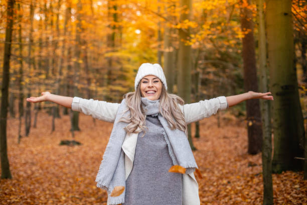 junge Frau genießt den Herbst – Foto