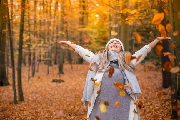 genç kadın sonbahar zevk - fall stok fotoğraflar ve resimler