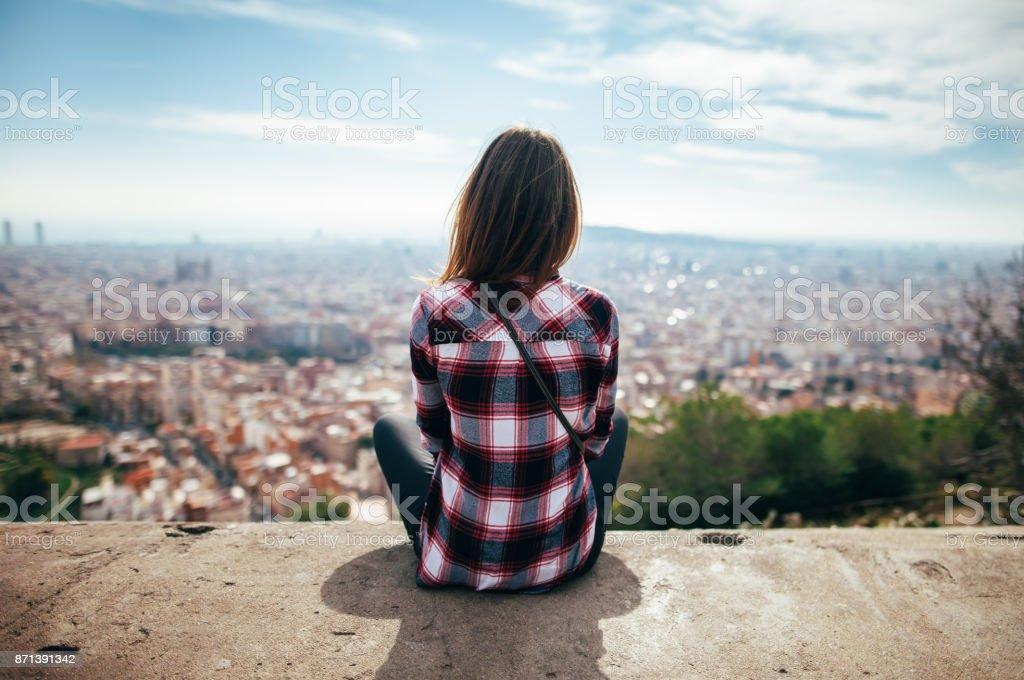 ciudad de Barcelona disfruta de joven - foto de stock