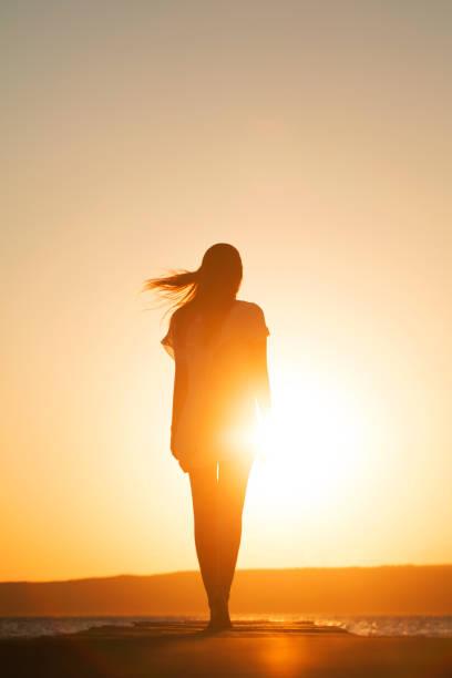 genç kadın zevk özgürlük - arkadan aydınlatmalı stok fotoğraflar ve resimler