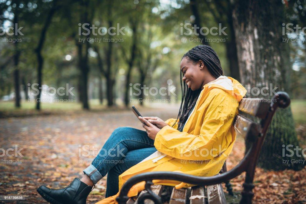 Junge Frau amüsiert sich im Herbst park – Foto