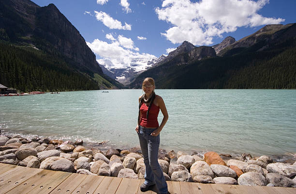 junge frau, die am lake louise - türkise haare stock-fotos und bilder