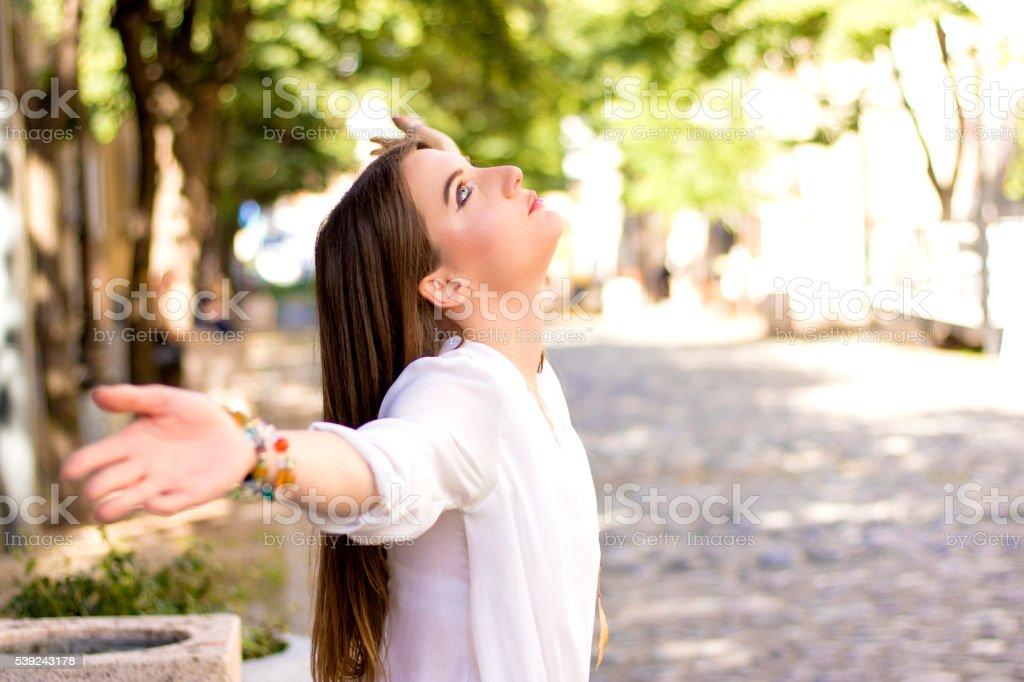 Mujer joven disfruta de naturaleza y la luz del sol foto de stock libre de derechos