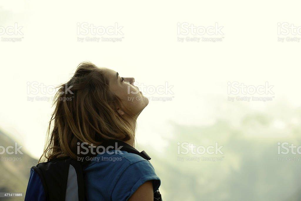 Junge Frau, die die Luft – Foto