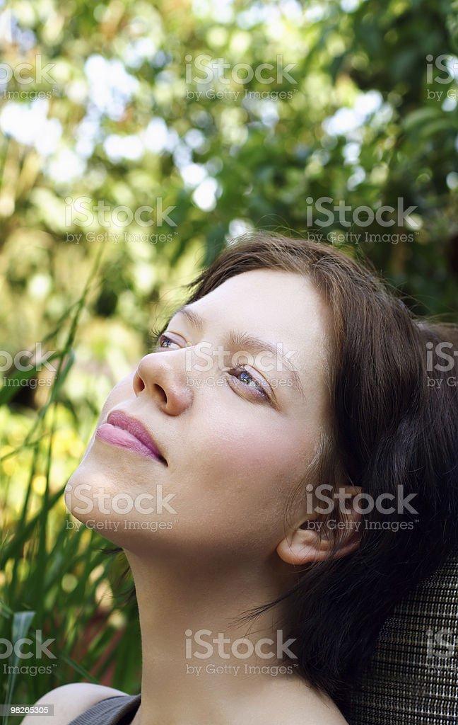 젊은 여자 즐기고 정원 royalty-free 스톡 사진