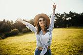 Junge Frau freut sich auf die Natur und genießt ihre Freizeit
