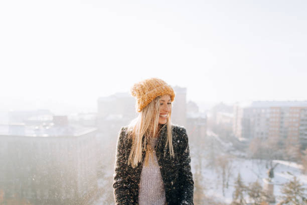 Junge Frau genießt schneebedeckten Winter – Foto