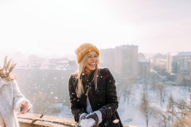 junge frau genießt schneebedeckten winter - winter stock-fotos und bilder