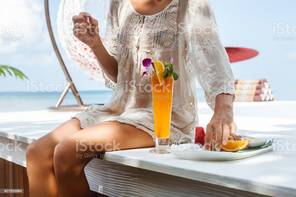 Junge Frau genießt Urlaub – Foto