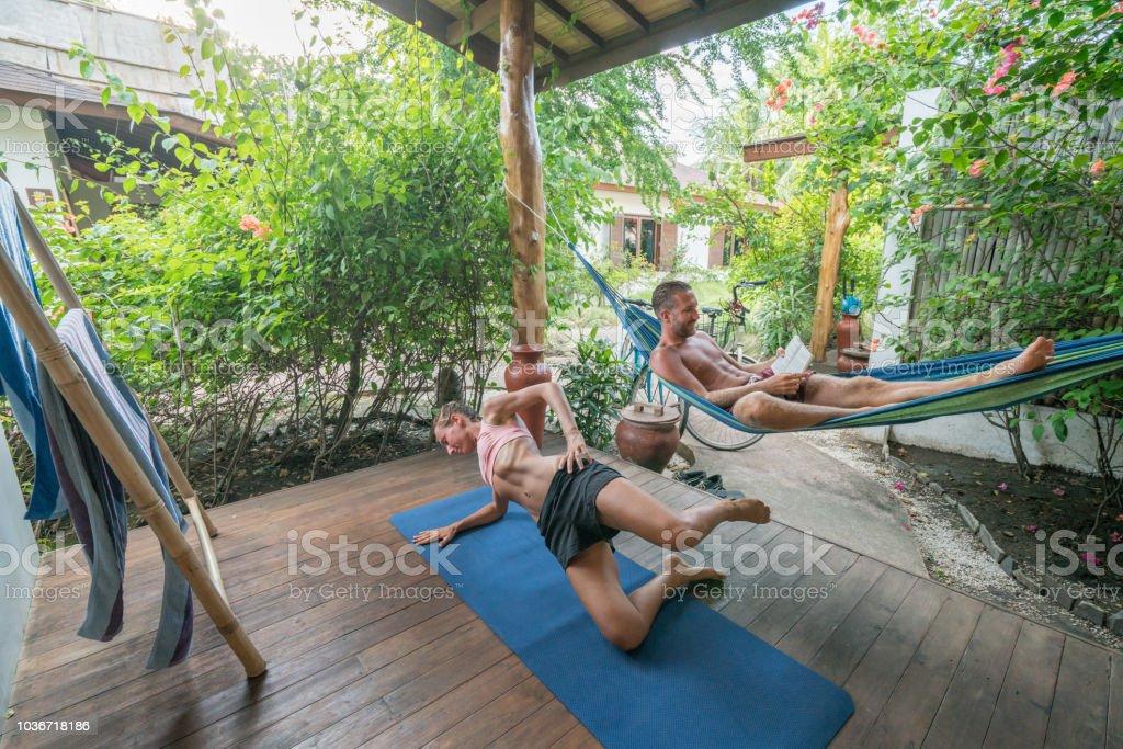 junge frau training zu hause yoga und entspannen auf der. Black Bedroom Furniture Sets. Home Design Ideas