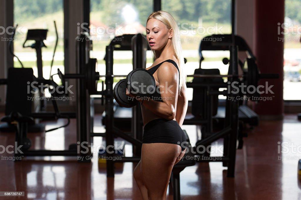 Jeune Femme Exercice Biceps Avec Des Haltères – Photos et plus d ... f9db08148d3