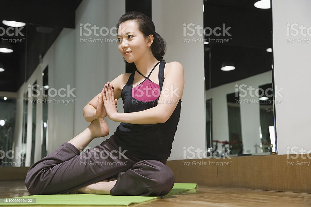 Young woman exercising in gym, smiling foto de stock libre de derechos