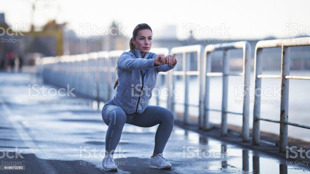 Jovem mulher s'exercitar ao ar livre - foto de acervo