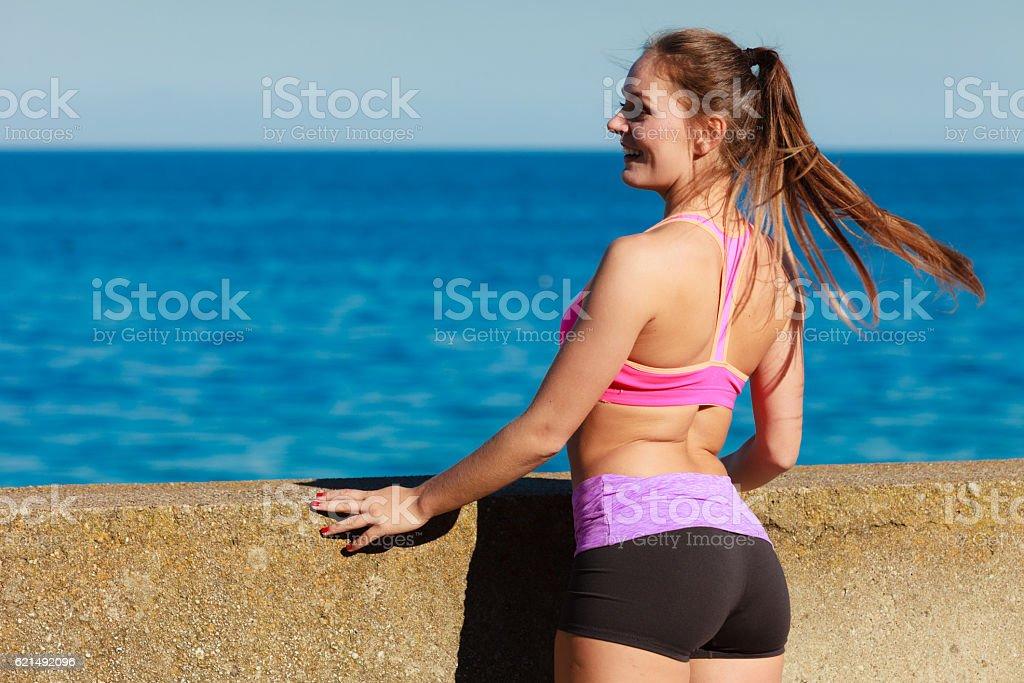 Junge Frau Ausübung außerhalb Lizenzfreies stock-foto