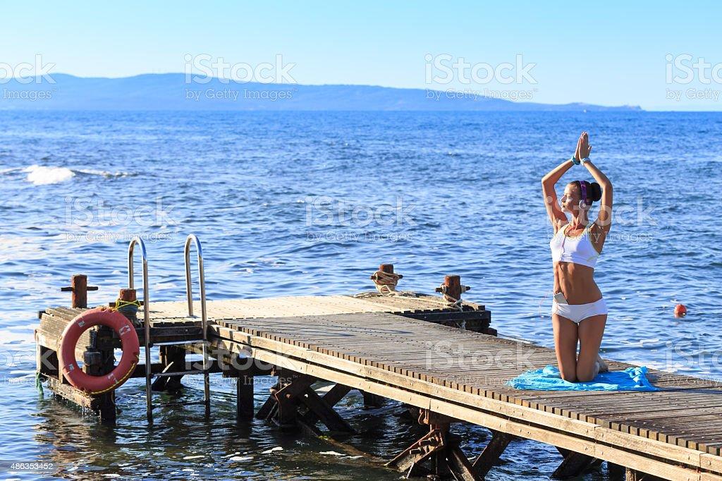 ragazza schizza in pantaloni di yoga