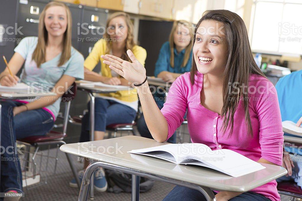 Mujer Joven Explicando Algo En Su Escuela Secundaria Clase ...