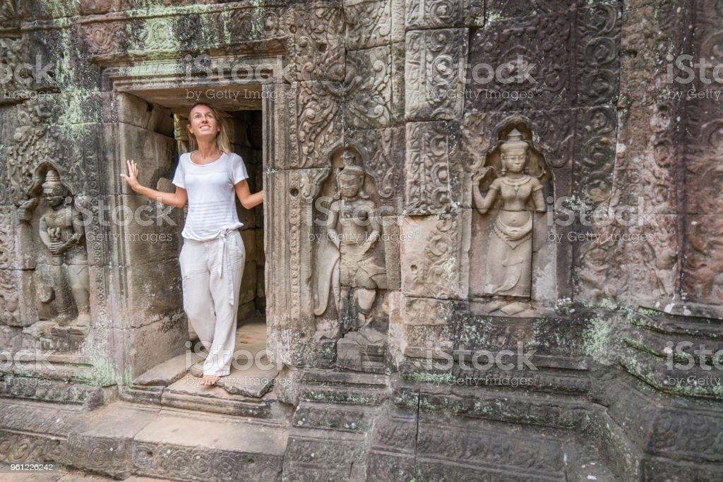 Junge Frau Die Erkundung Der Antiken Tempel In Kambodscha Angkor Wat