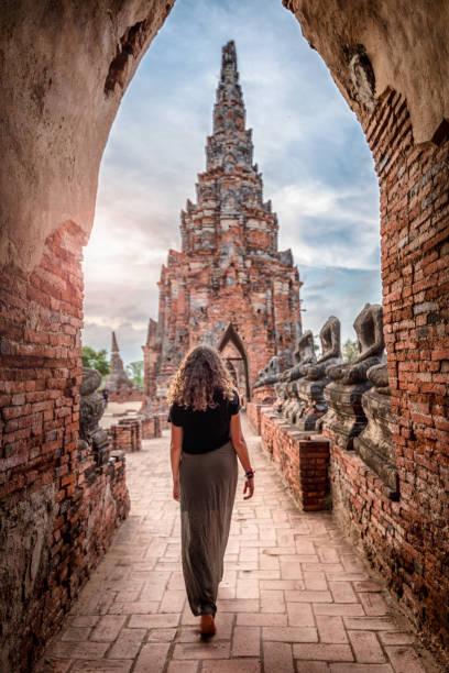 ayutthaya wat chai watthanaram tapınağı keşfetmek genç kadın, tayland - ayutthaya bölgesi stok fotoğraflar ve resimler