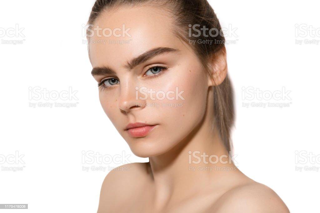 Ung kvinna ansikte porträtt med brunt hår, ren hud och vackra naturliga tjocka, ögonbryn. Hudvård, skönhetsbehandling och Spa-koncept. - Royaltyfri Ansiktsmask Bildbanksbilder