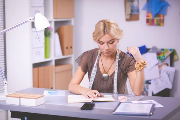 Junge Frau Modedesigner arbeiten im Studio. – Foto
